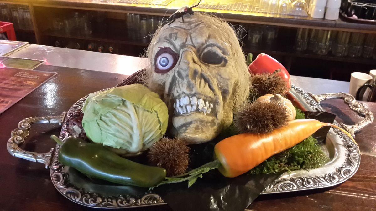 Totenkopf Schädel groß mit Haaren und Auge, DEKO Grusel, Halloween